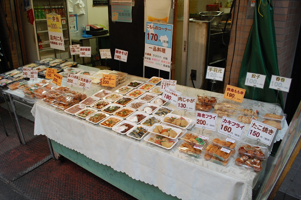 どの総菜も安価な値段で販売されている