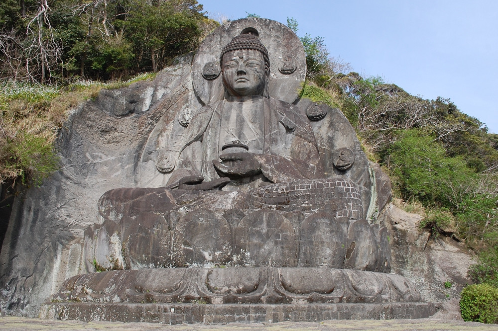 大仏様は、手に薬瓶を持つ「薬師瑠璃光如来像」。光背までふくめた大きさは、およそ31メートル