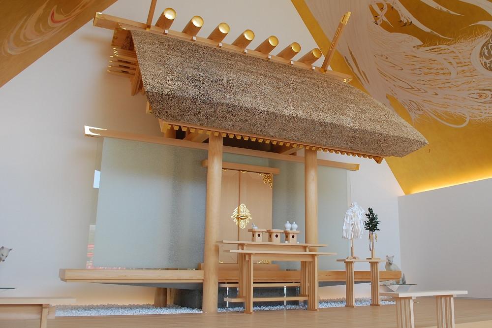 参拝は社殿の前、特別な参拝やご祈祷は拝殿内で行われる