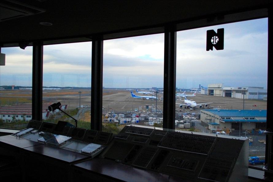 冷暖房完備の快適な環境で離着陸、あるいは駐機する航空機を眺めていられる