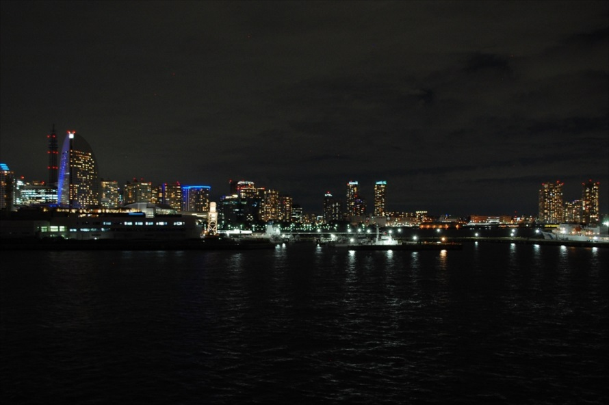 横浜赤レンガ倉庫より海側(北方向)にも夜景が広がる