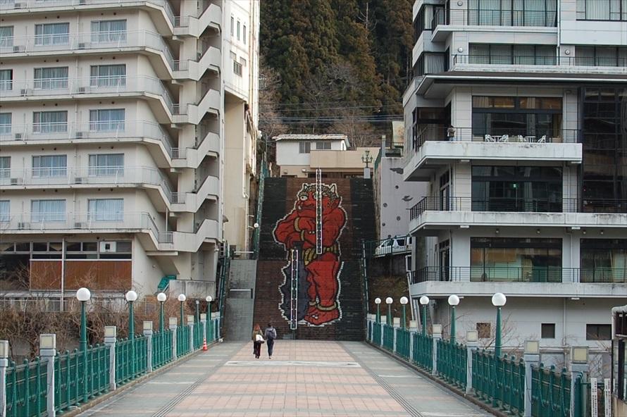 ふれあい橋に続く階段には、身長が45mという巨大な鬼怒太が描かれている