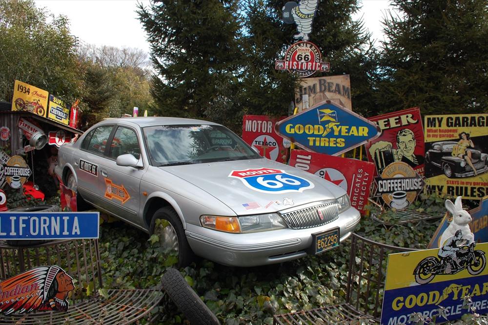 写真はリンカーン「コンチネンタル」。実際の「ルート66」も、朽ちかけたガレージが並んでいたらしい