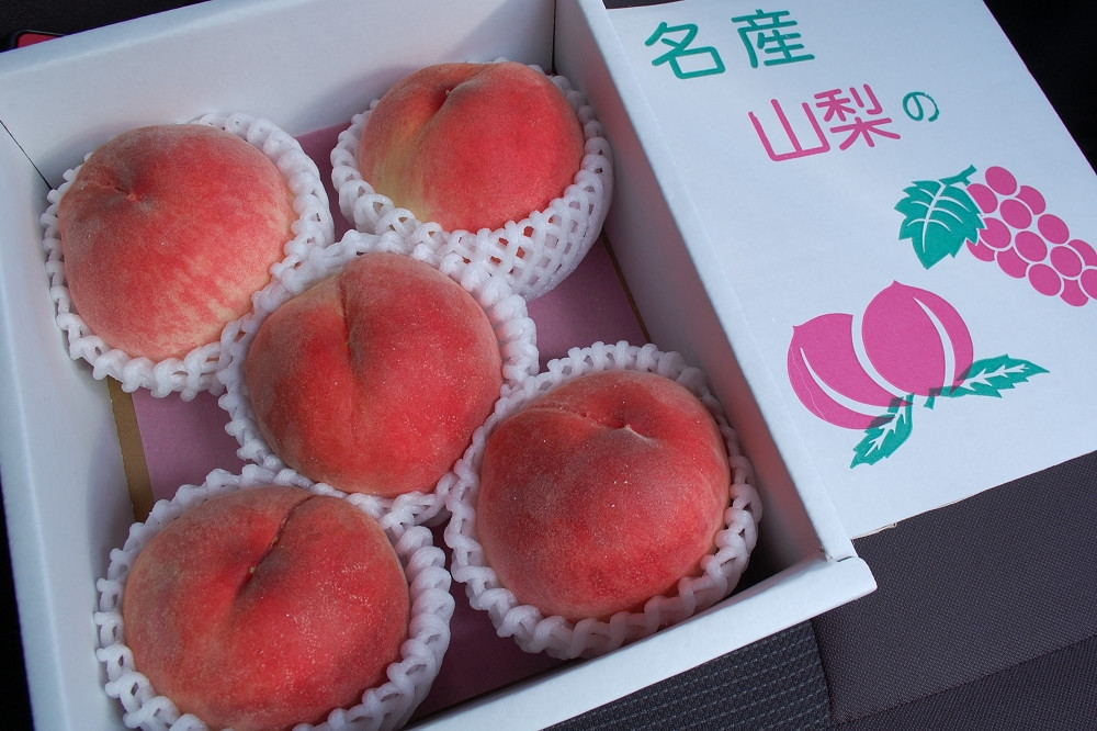 山梨県産の桃(中箱5個入り)は2,400円(税込み)