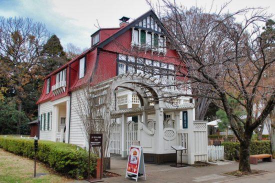 赤い屋根がひときわ目を引く「デ・ラランデ邸」