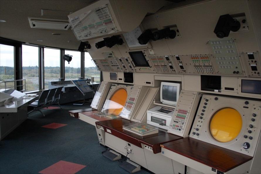 内側に施された計器類は、かつて空港の管制室にて使用されたもの