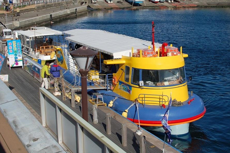 黄色い観光船「にじいろさかな号」。乗船料金は中学生以上1,300円、小学生600円