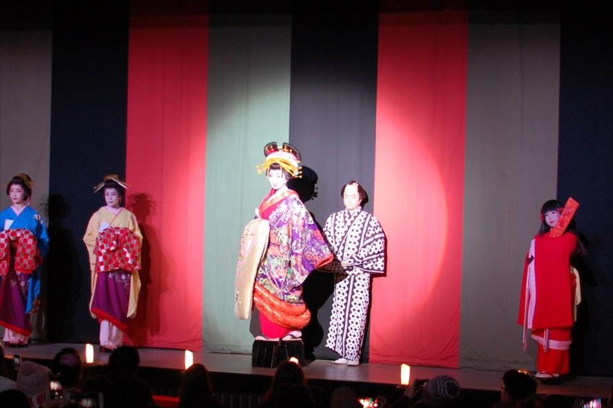 本来、花魁道中は屋外で催されるが、この日は悪天候のため「若松屋」内での披露となった