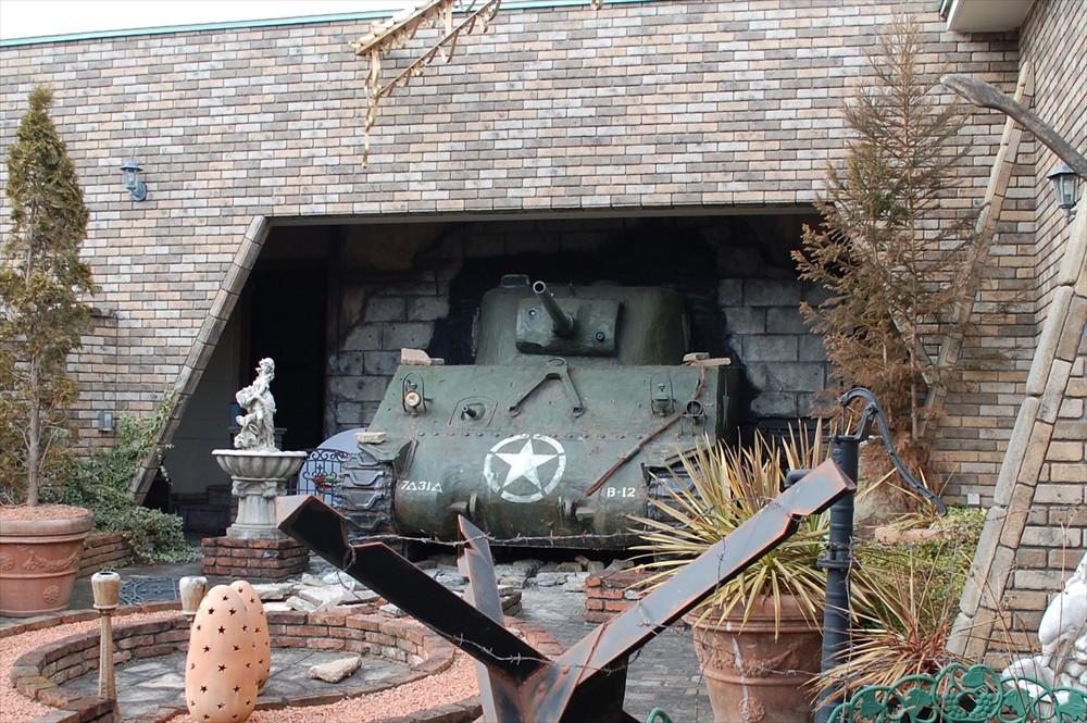 壁を突き破って飛び出しているのは第二次世界大戦で活躍した「M4シャーマン戦車」