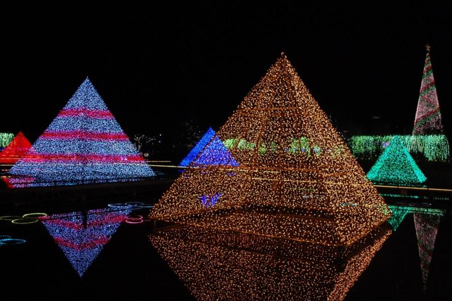 水に浮かぶ「光のピラミッド」。風がなければ水面にくっきりとピラミッドが写り、光のクリスタルを見ることができる