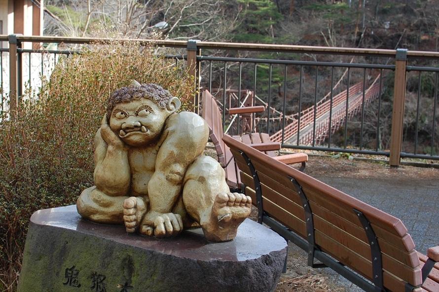 滝見橋の思惟鬼。頬杖をつき、鬼怒川温泉の行く末を思い描いているそう