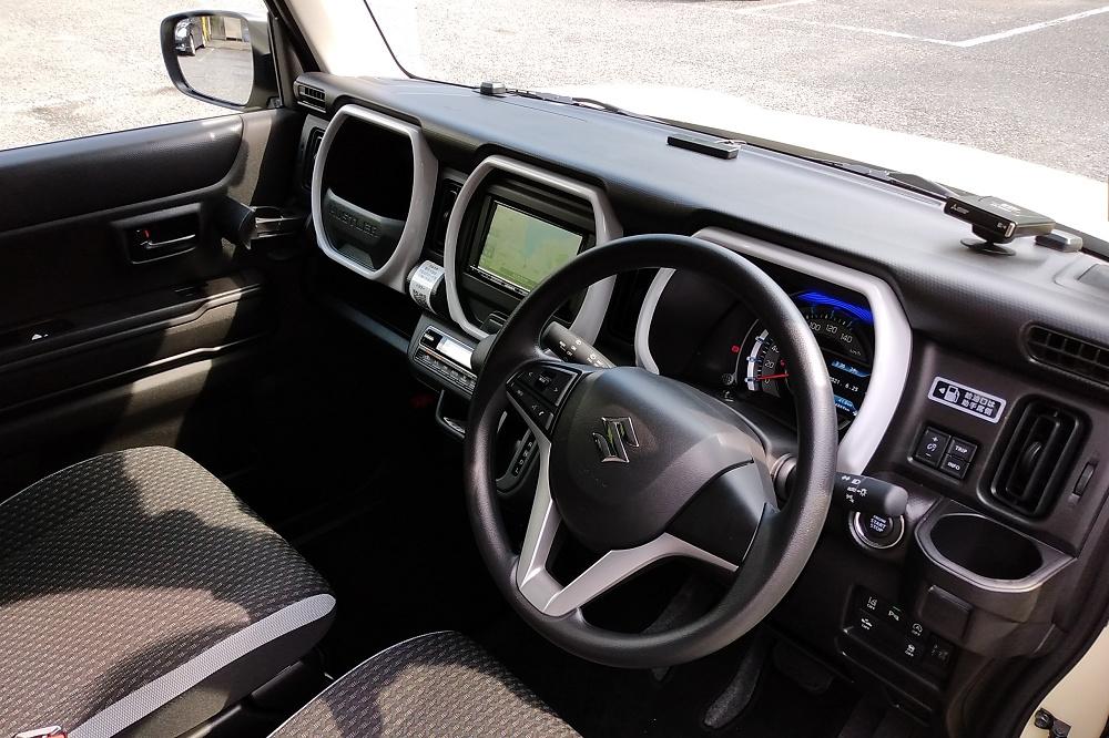 最適な場所にレバーやスイッチが施された運転席周り。運転すればするほど、長く軽自動車に関わってきたメーカーのノウハウに感心させられる