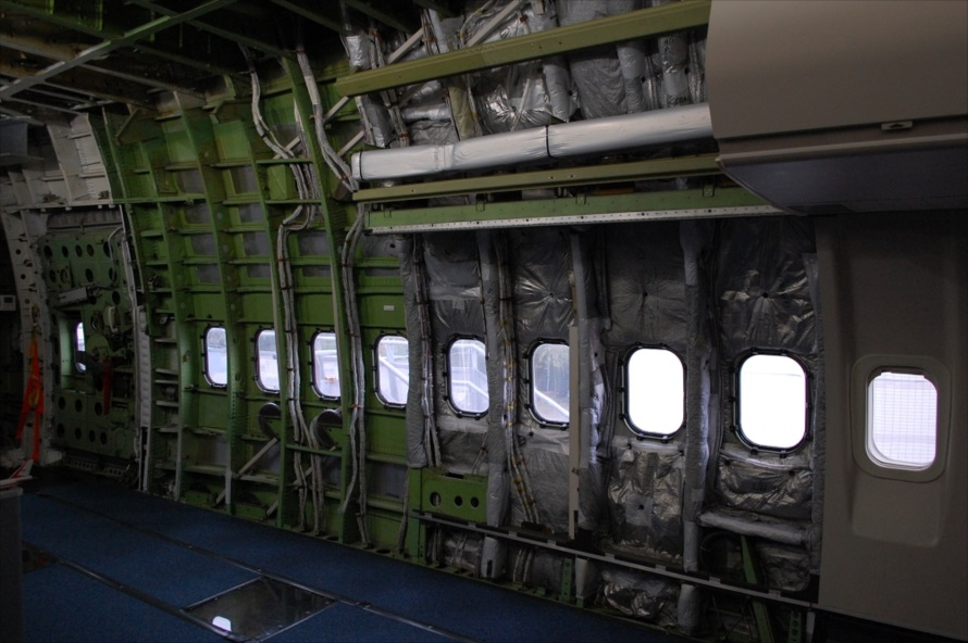 なかなかお目にかかれない航空機の壁面内部の構造
