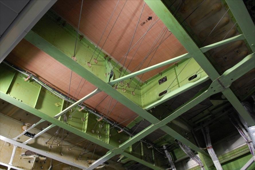 キャビン上部。今は電子制御で操作されるが、この機が就航していた当時はワイヤーでスラットやフラップ(高揚力装置)、ラダー(方向舵)が操作されていた