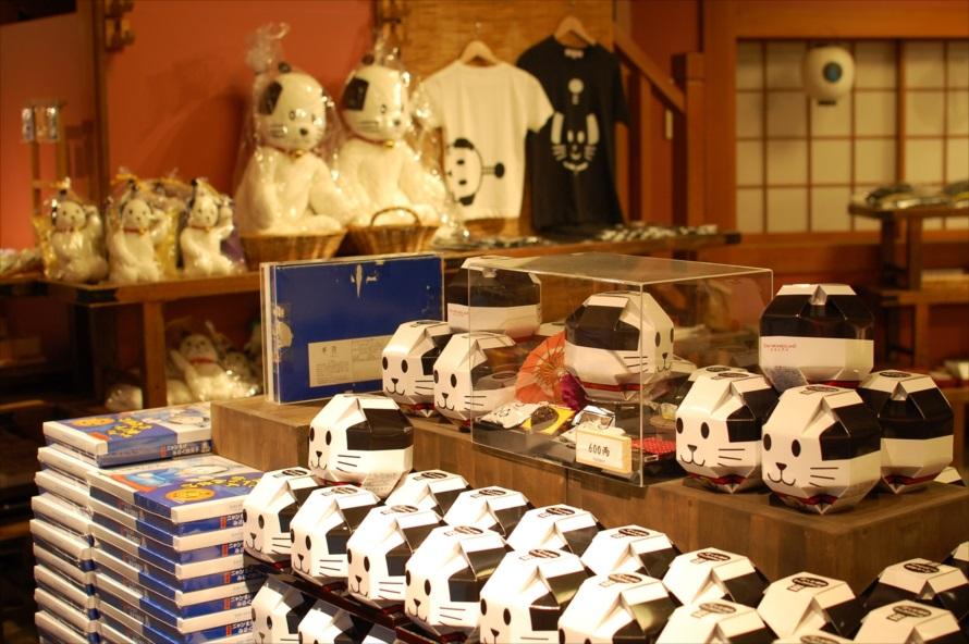 恵比寿屋にはニャンまげグッズがずらりと取りそろえられている
