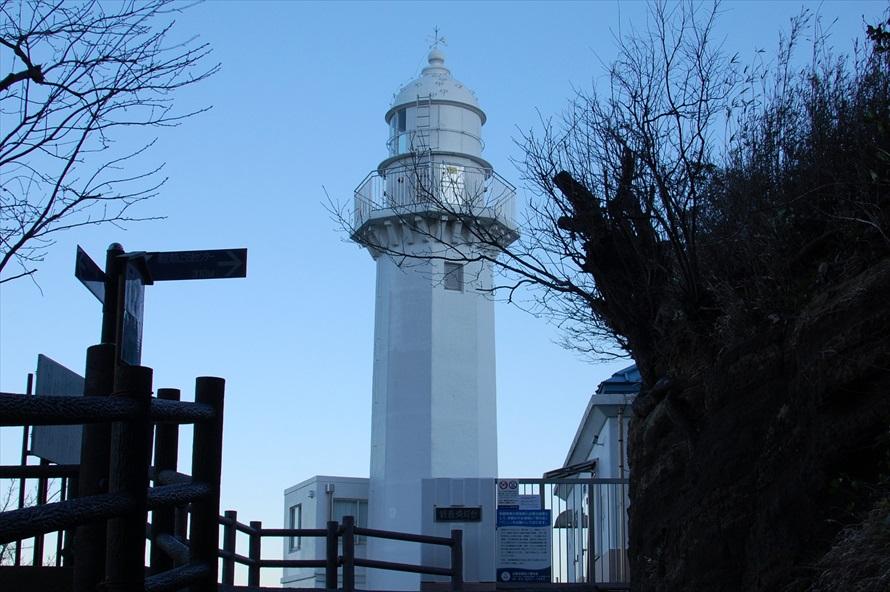 灯台は「観音崎公園」内にあり、内部を見学することができる(入館料200円)。管理は海上保安庁が行っている