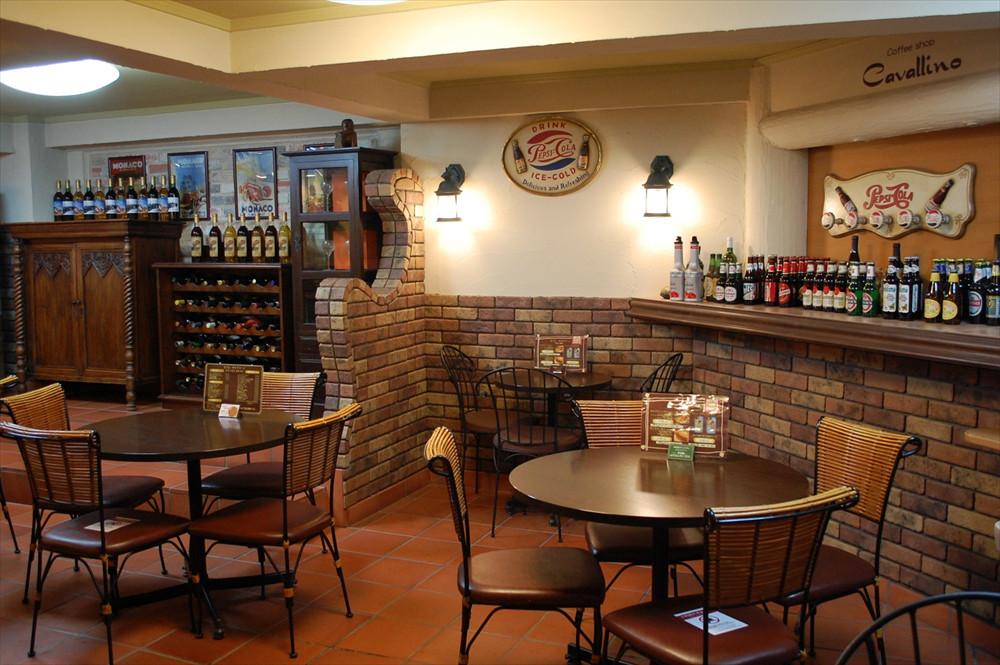 コーヒーやソフトドリンクのほか、キャバリーノサンドやライスバーガーといった軽食も用意されている