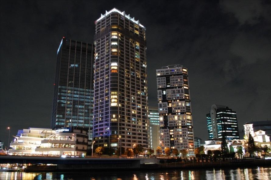 広々とした帷子川(かたびらがわ)のおかげで、高層ビルの全景を間近で見ることができる