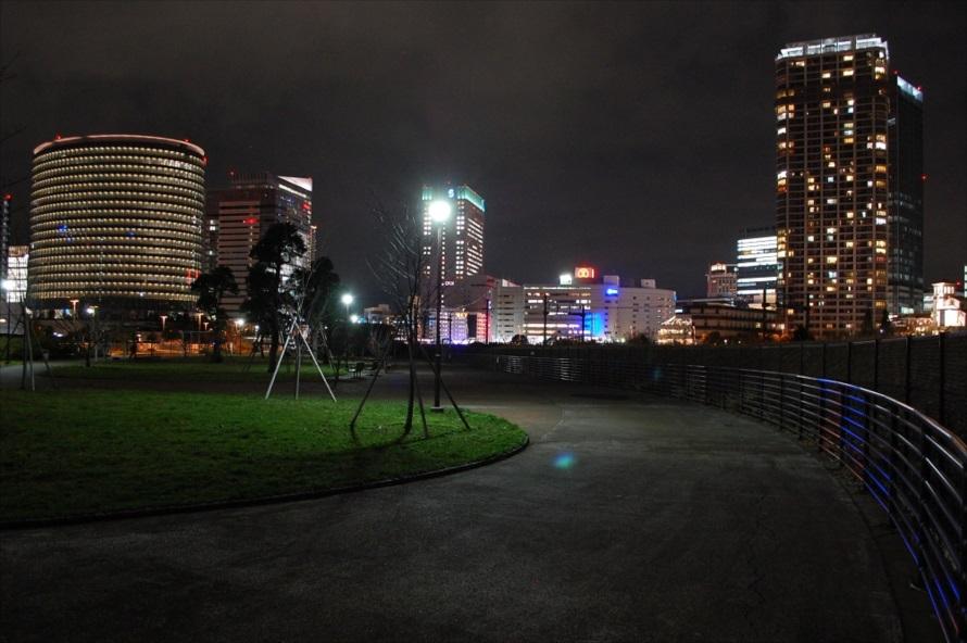手前に公園が写ることで、同じ繁華街でも異なった雰囲気となる