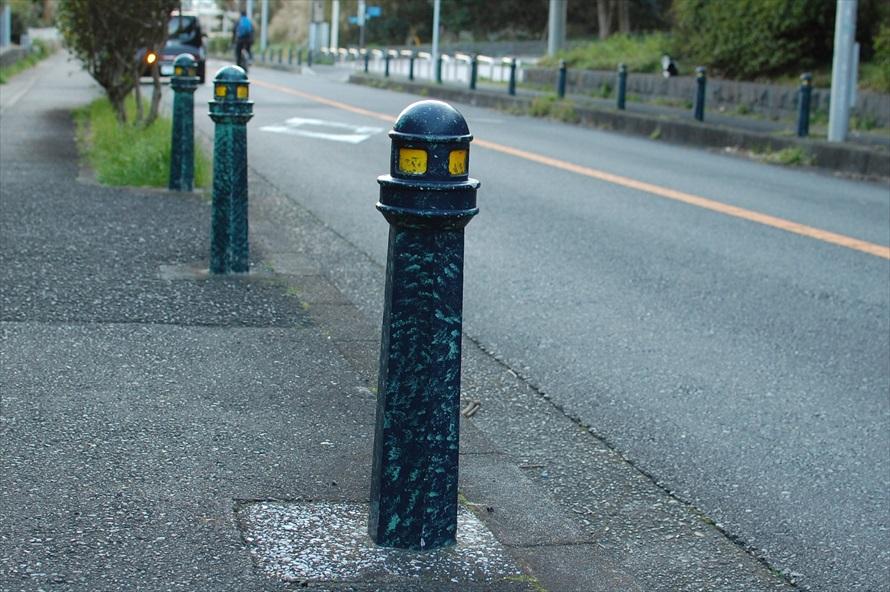 観音崎公園内を通る道路の車道と歩道を隔てるポールは、灯台の形状をしており可愛らしい