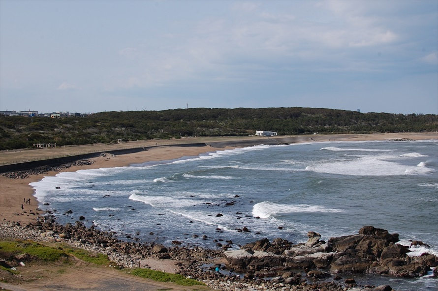犬吠埼から望む君ヶ浜。千葉県の外房(太平洋側)は波が高く、荒い日が多い。「サーファーの聖地」とされているのが良く分かる