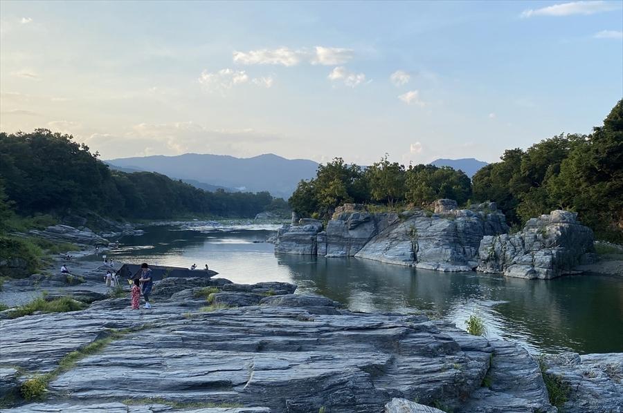 長瀞渓谷は、地下深くで起こった変成作用や上昇の過程を観察できることから「地球の窓」ともいわれている