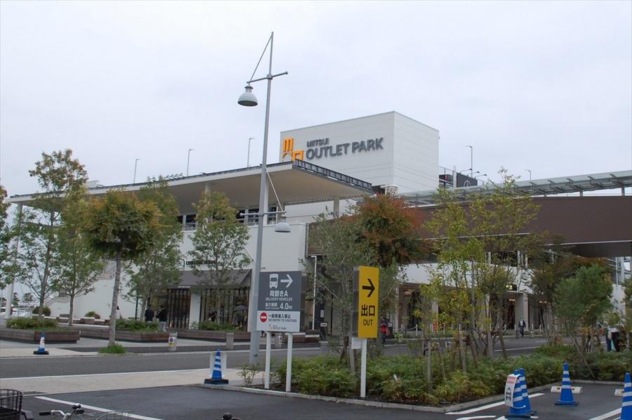 都心から直接、三井アウトレットパーク横浜ベイサイドに向かう場合は、首都湾岸線を利用する。最寄りの出口は「杉田インターチェンジ」で70分ほどの道のり
