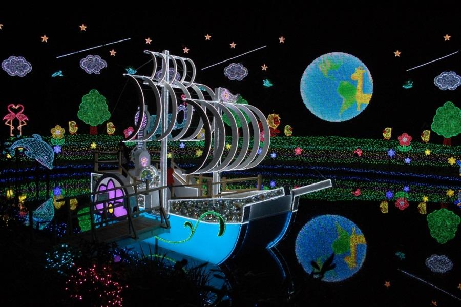 お子さんに人気の「みんなの地球」。船に乗ることができ、記念撮影にはうってつけのスポット