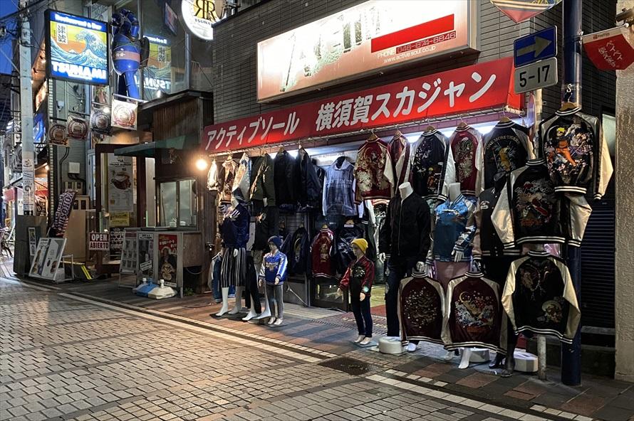 サテン地にワシや龍、トラといったオリエンタルな刺繍絵柄を施したスカジャンは、横須賀を象徴するファッション