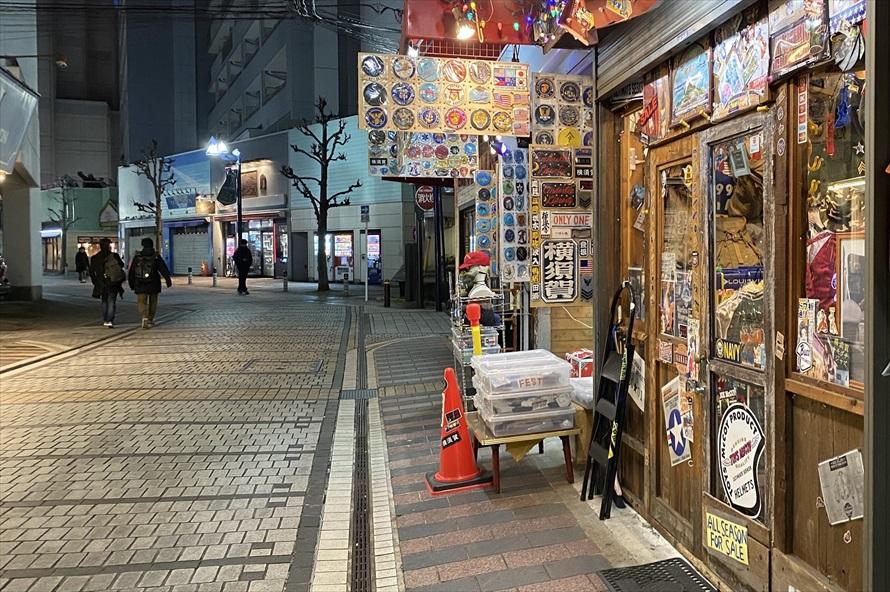 日本人観光客に向けたミリタリーファッションショップやアクセサリーショップと、米国海軍関係者に向けた飲食店やバーが軒を連ねる