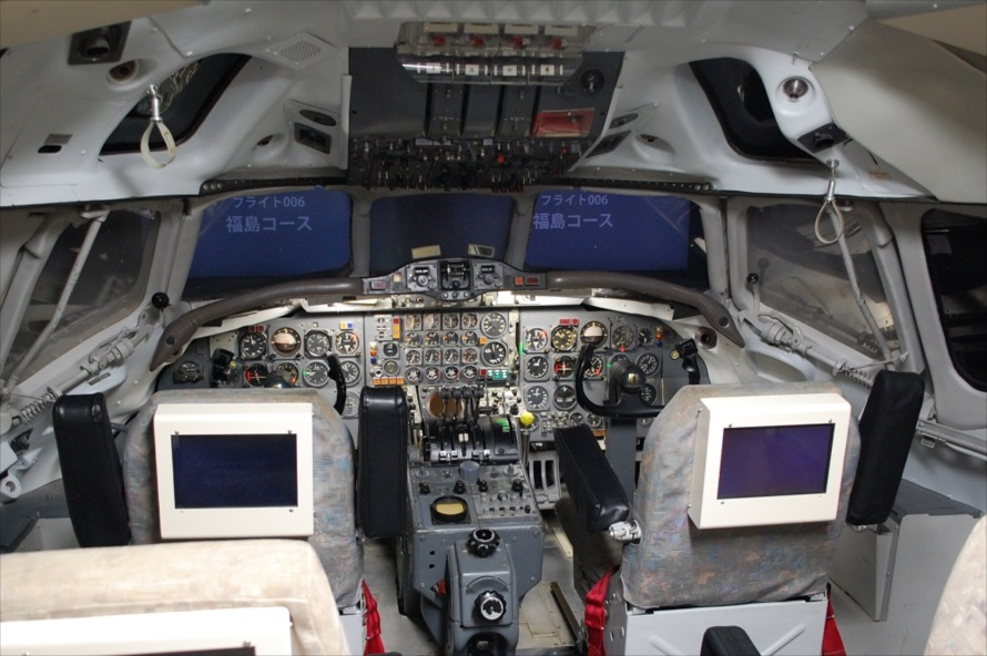 東棟1階にも「DC-8」のシミュレーターがあり、フライトの体験搭乗ができる。エントランスの受付カウンターで申し込み、1フライトの料金は100円で最大14席