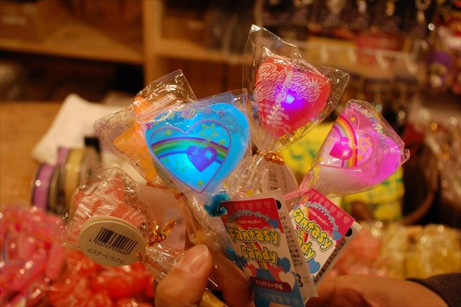 お子さんに人気の「光る!!ファンタジーキャンディ」。イルミネーション限定の商品