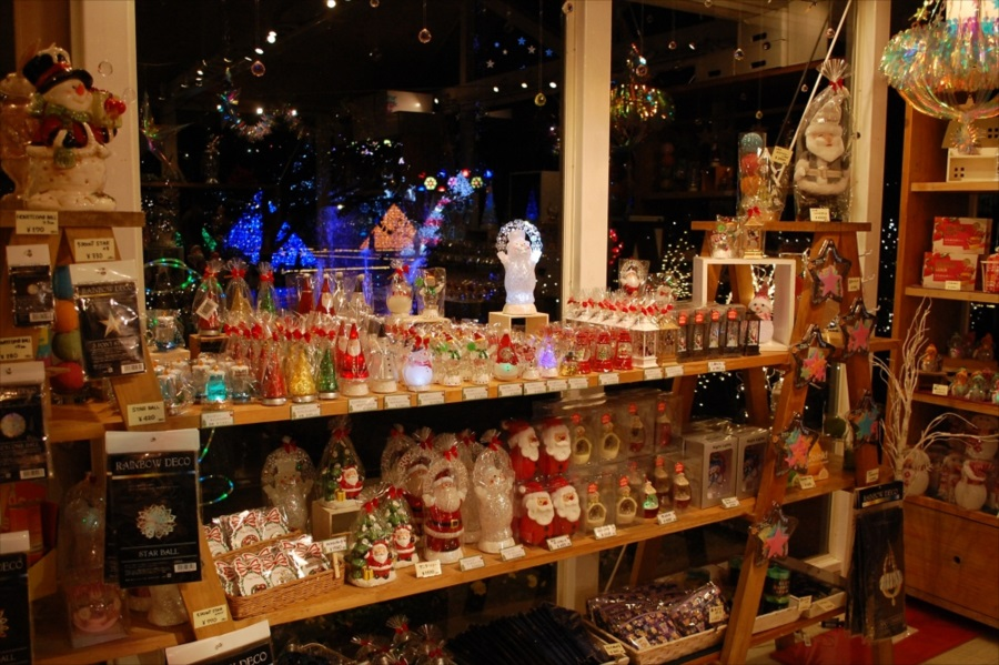 サンタクロースなどのクリスマス関連グッズもたくさんあった
