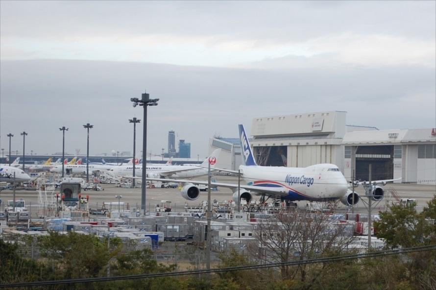 展望台はの整備地区に面しており、駐機している様々な機体を眺めることができる