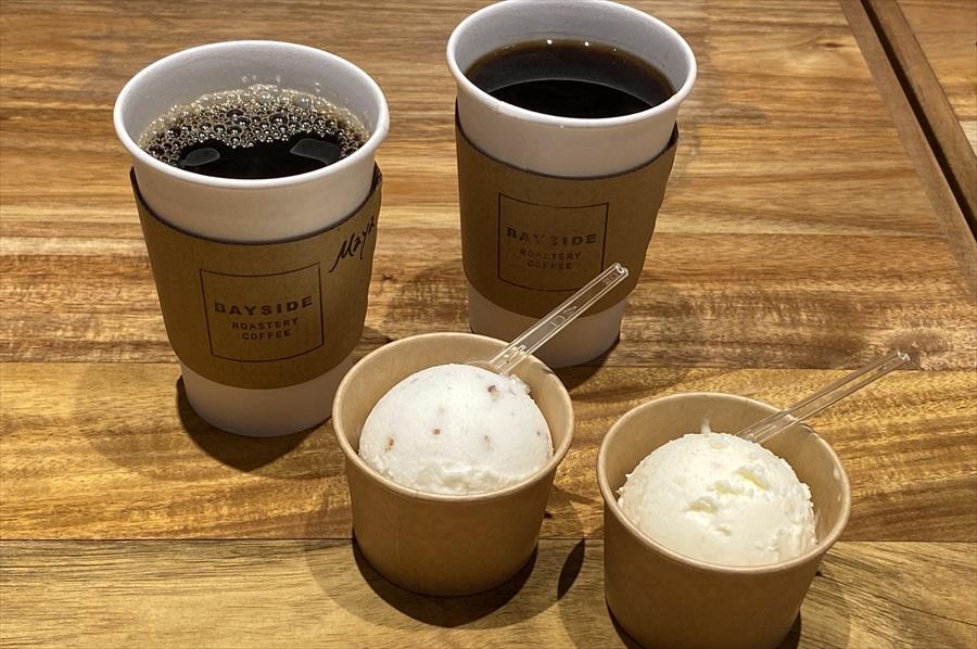 「ベイサイド焙煎珈琲(深煎り/レギュラーサイズ)」の価格は350円(税別)、「クラシック マヤ(レギュラーサイズ)」は370円(税別)。「自家製アイスクリームIKEDA-YA」のアイスクリームはシングルカップ450円(税別)