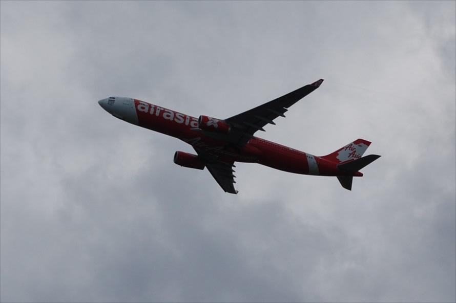 人員や貨物を満載した航空機は滑走路をギリギリまで使用するため、離陸直後は展望台との距離が近い