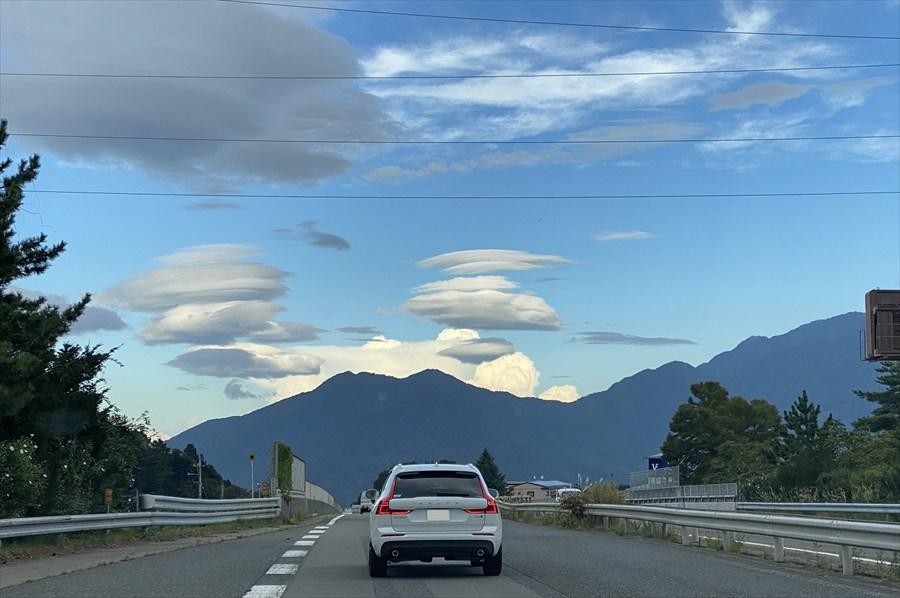 中央自動車道での帰り道。東京方面には無数のレンズ雲が浮かんでいた