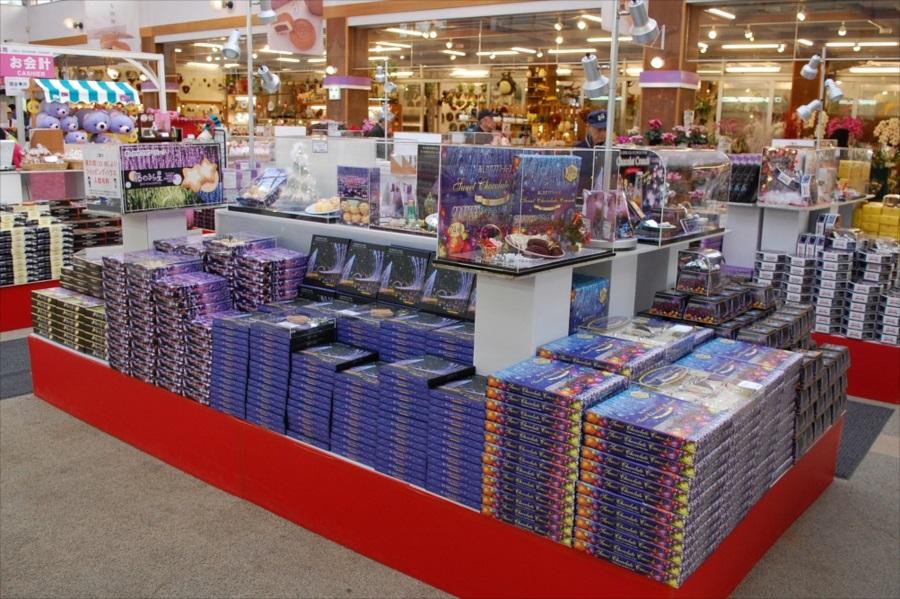 売場には定番からイルミネーション限定まで、色とりどりのお土産が用意されている