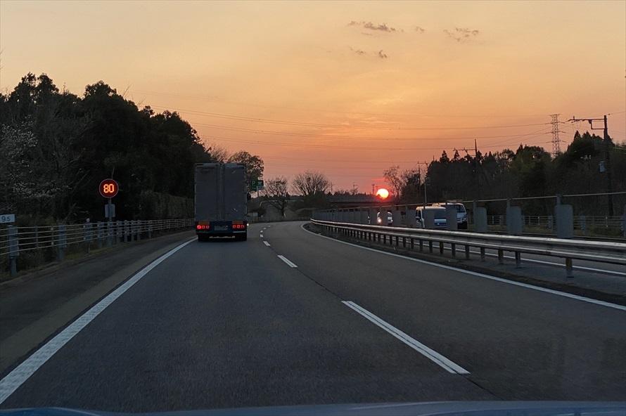 帰り道は夕日に向かってドライブ。疲れや眠気を感じたら、パーキングエリアやサービスエリアで休憩を入れよう