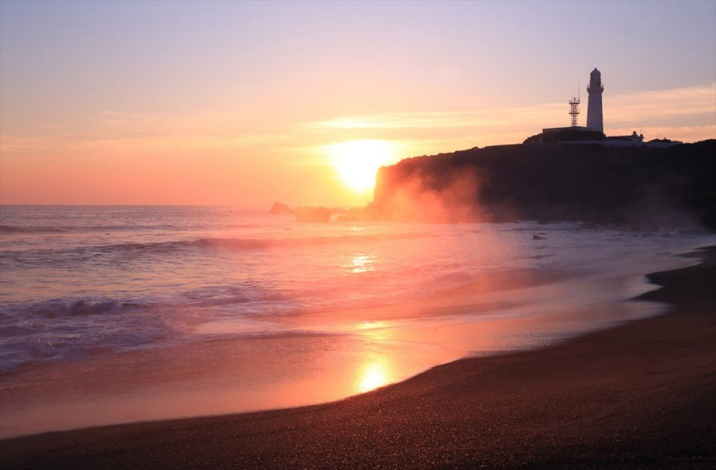 白波の音を聞きながら拝む癒しの日の出