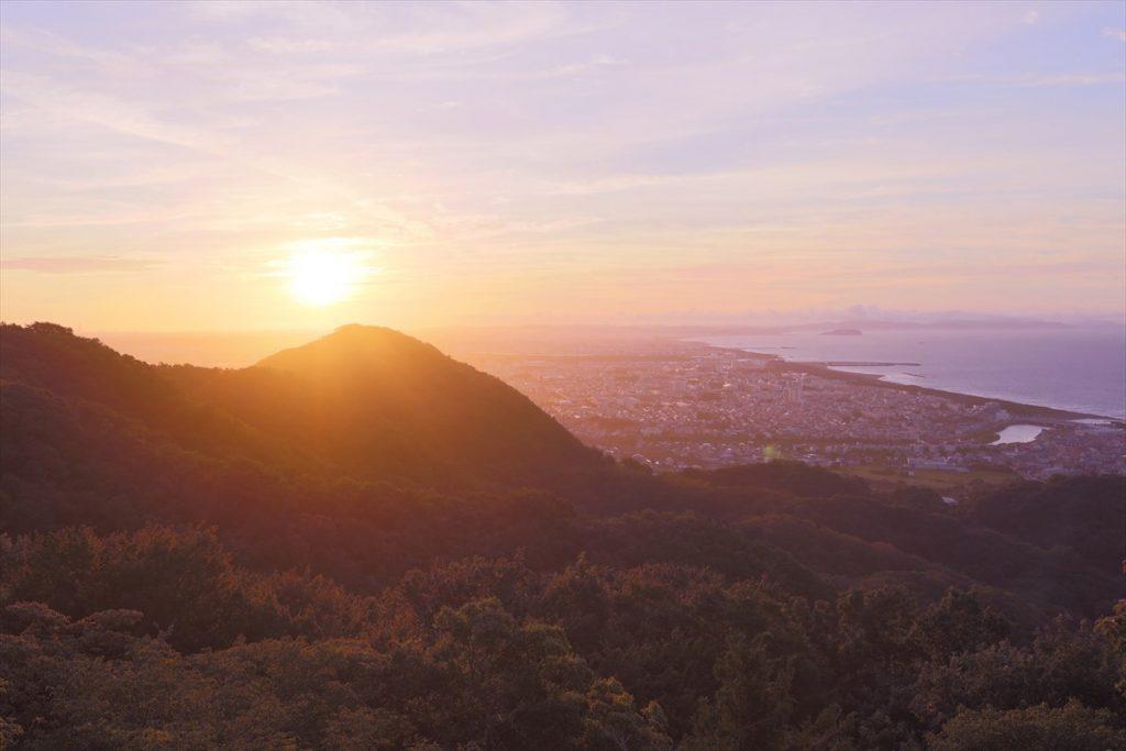 水平線から昇る日の出の神々しさと絶景が味わえる