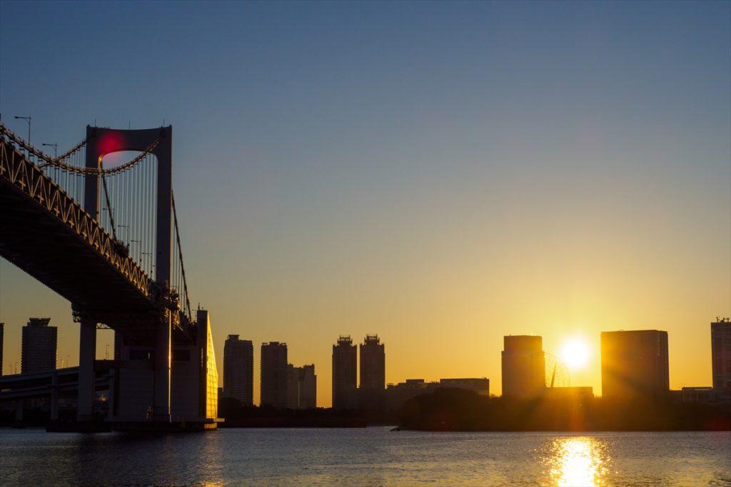 都会の喧騒を忘れさせてくれるような東京湾から昇る日の出