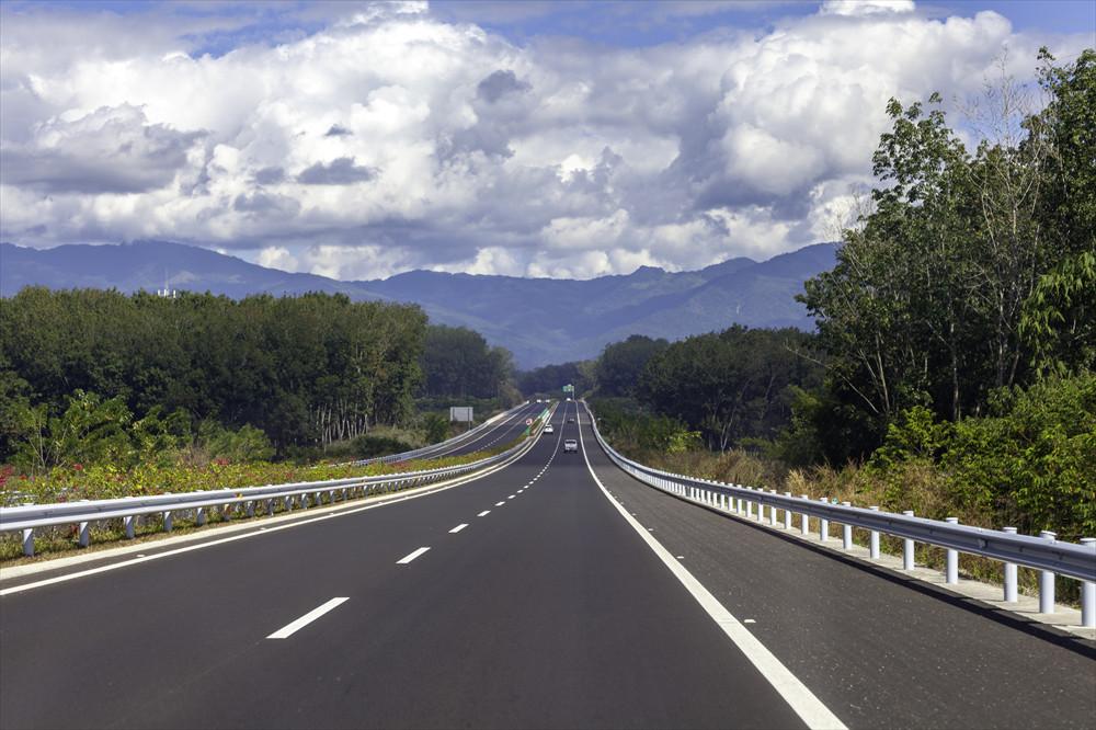 ちょっとした坂道でもスピードは変わるので、路面状況を意識しよう