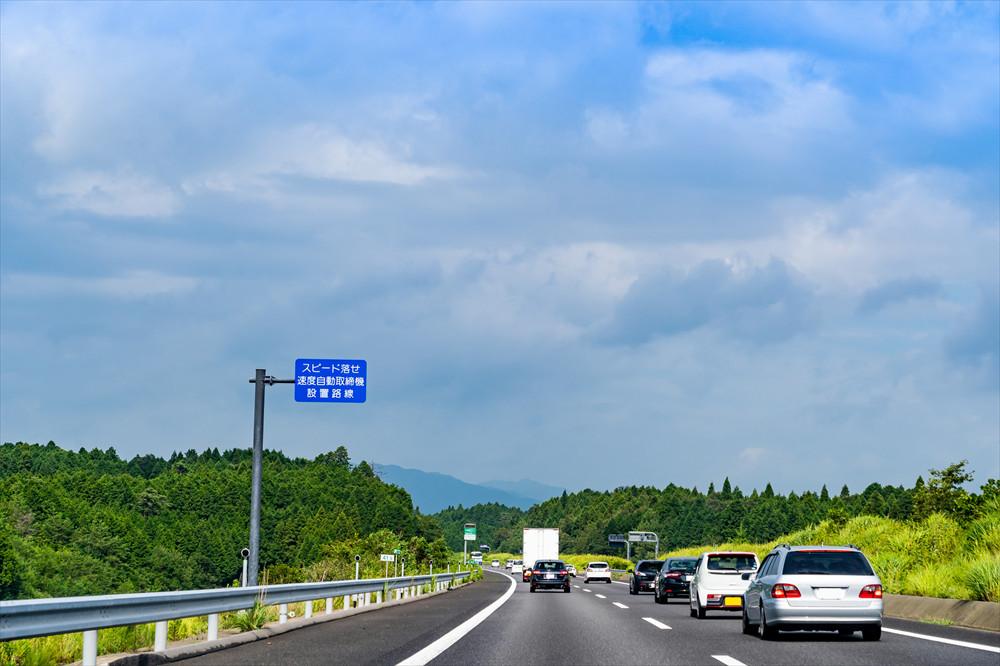 追い越し車線に遅いクルマがいると、このように詰まってしまい渋滞や事故の原因に