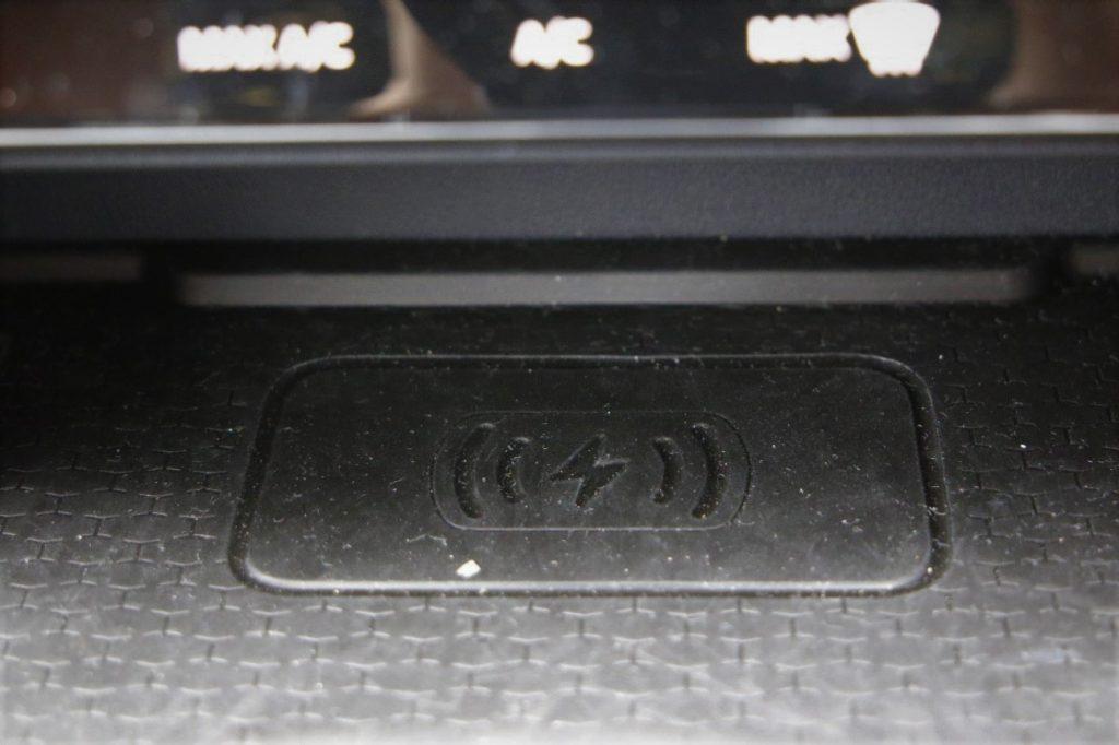 シフトレバー前方には、対応のスマホを置くだけで充電できるワイヤレス充電が装備されている