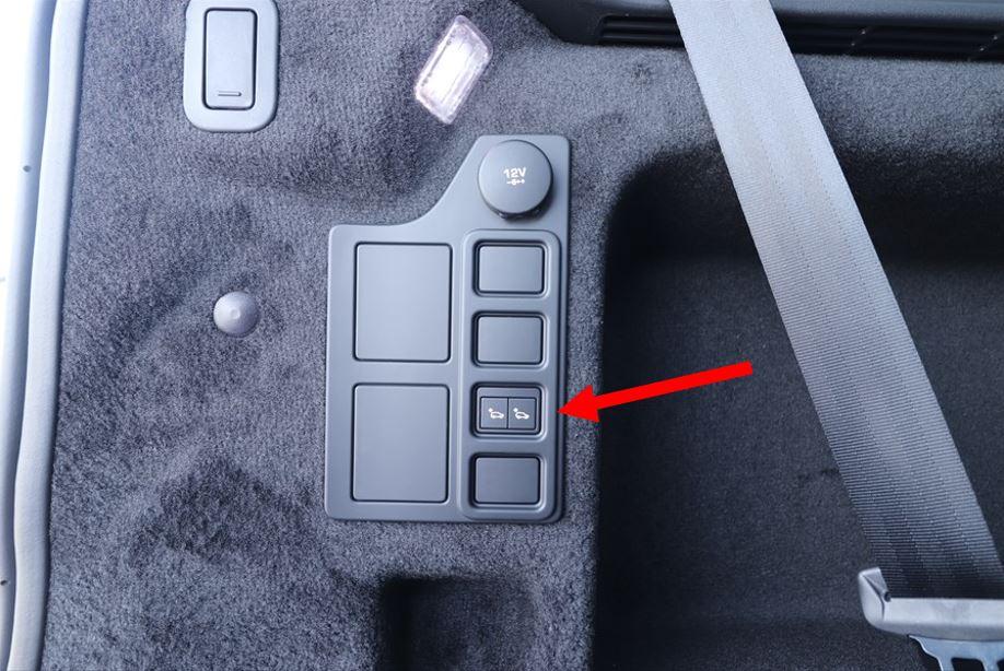 荷室の左側面にあるスイッチで車高を調整する