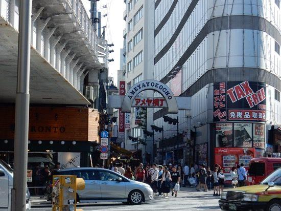 上野駅から横断歩道を渡ったらすぐ「アメヤ横丁入り口」です。