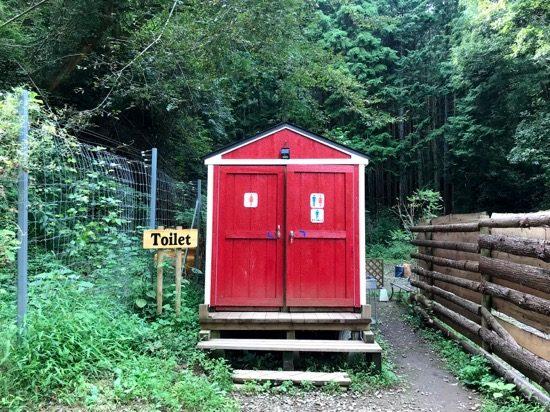 パーク内唯一のトイレは入り口ゲート脇にあります