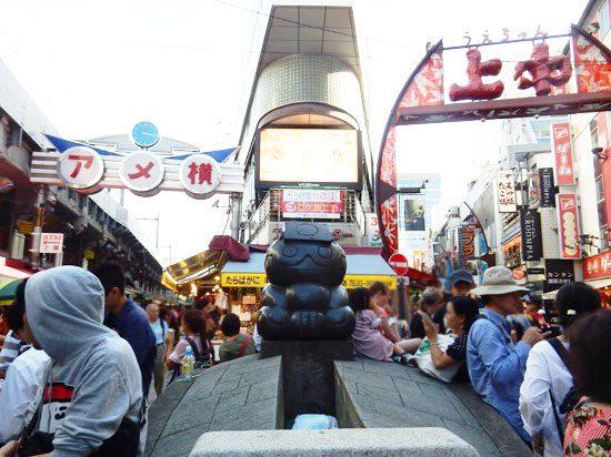 商売繁盛の神様「賑わいの像」は待ち合わせや写真スポットです