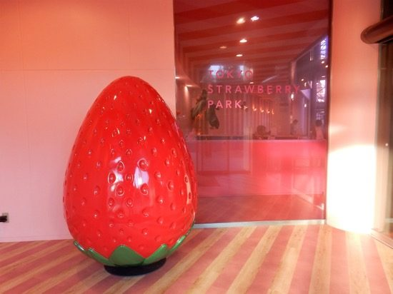 エントランスには大きなイチゴのオブジェ